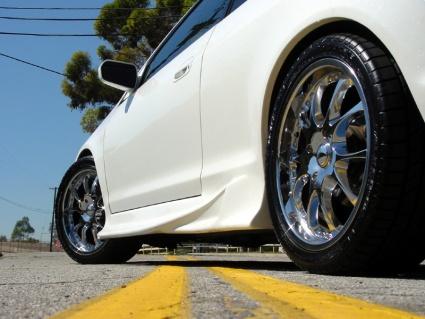 Autojen päästömittaukset perustuvat uusiin renkaisiin ja sileisiin teihin
