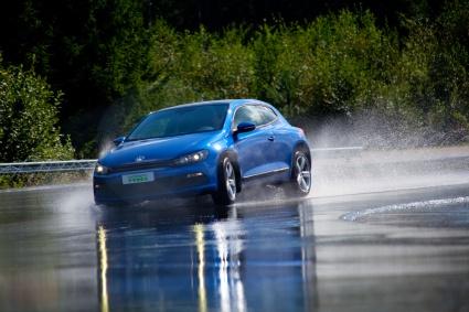 Huonoilla renkailla vesiliirto voi uhata jo 60 km/h vauhdissa